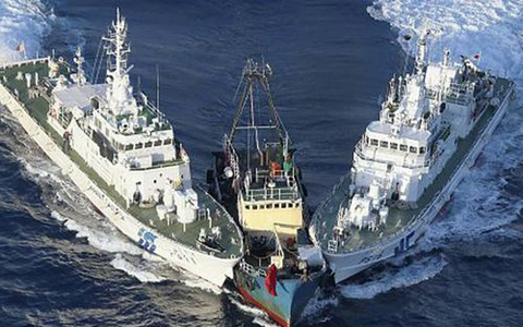 Tàu tuần duyên Nhật áp sát tàu của các nhà hoạt động Trung Quốc ở vùng biển gần quần đảo tranh chấp Senkaku/Điếu Ngư tuần trước. Ảnh: Huanqiu