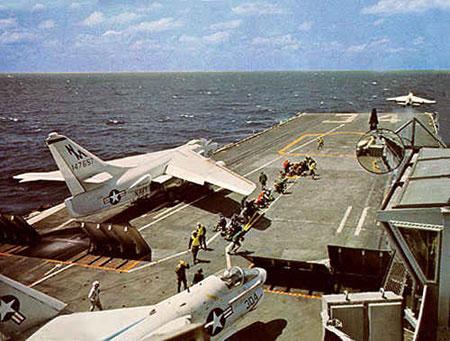 Một chiếc A-6 đang cất cánh làm nhiệm vụ ném bom miền Bắc Việt Nam từ tàu sân bay của Mỹ.