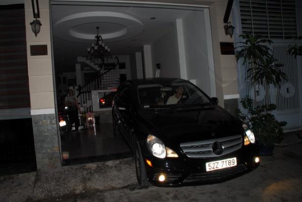 Xe của ông Hải được em trai điều khiển vào nhà. Ảnh: Hoàng Thạch Vân