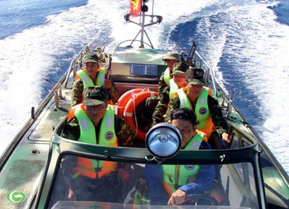 """Chiến sĩ Trường Sa đi tuần tra trên xuồng cao tốc """"Cá mập biển Đông""""."""