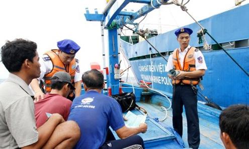 Tuyên truyền chủ quyền, cung cấp Luật biển đảo đến ngư dân đánh bắt trên biển.