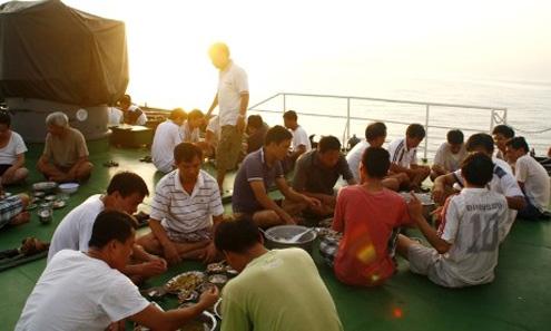 Bữa cơm trên boong tàu của các chiến sỹ tàu CSB 4032 khi hoàng hôn buông xuống giữa Trường Sa thân yêu.