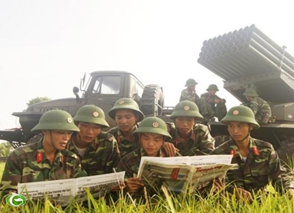 Phút nghỉ ngơi sau giờ huấn luyện của chiến sĩ bên giàn pháo BM21.