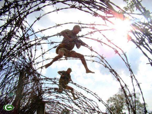 Những đôi chân trần dũng mãnh vượt hàng rào thép gai.