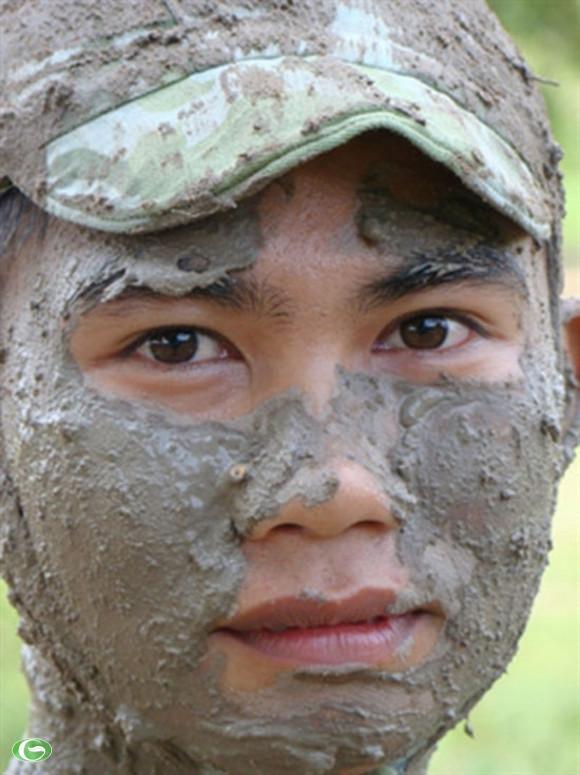 Chiến sĩ trẻ chuẩn bị vào trận.