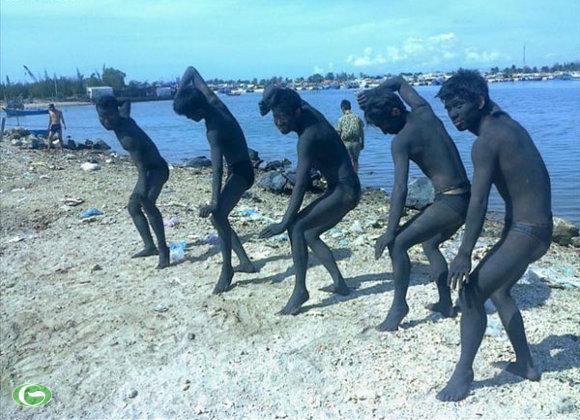 Ngụy trang bằng bùn đen tiếp cận mục tiêu ở bờ biển
