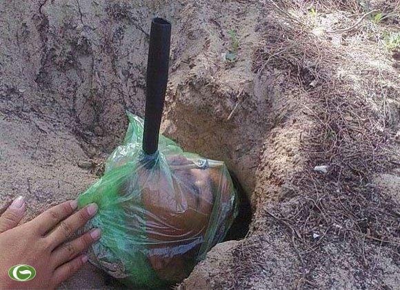 Màn ngụy trang của 1 chiến sĩ trinh sát đặc công Việt Nam làm nhiều tờ báo quân sự Trung Quốc lên tiếng khen ngợi với cơ thể bị cát lấp đến cổ, mặt chùm kín nilon để cát đỡ rơi vào mặt, 1 ống thông khí được đưa vào miệng để thở.