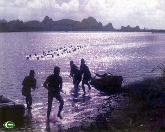 Đặc công Việt Nam đổ bộ đánh chiếm ban đêm