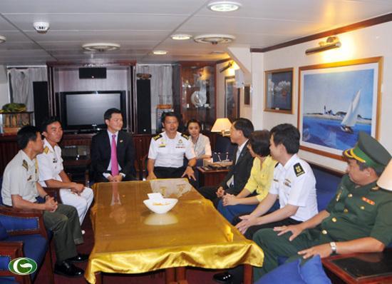 Các quan chức đại diện các cơ quan hữu quan của phía Việt Nam lên thăm chiến hạm RSS Persistence 209 của Hải quân Singapore