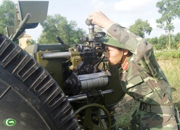 Chiến sĩ một khẩu đội thuộc Đại đội 3, Tiểu đoàn 1 đang lấy phần tử bắn của pháo 122-Đ30.