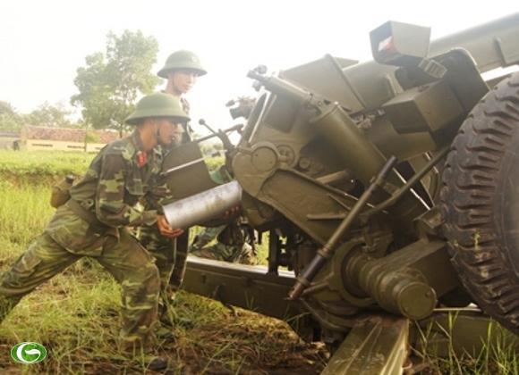 Nạp đạn pháo 122-Đ30 trong nội dung huấn luyện Trung đội chấp hành khẩu lệnh bắn ở trận địa che khuất .