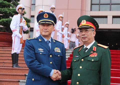 Thượng tướng Nguyễn Chí Vịnh (phải) đón thượng tướng Mã Hiểu Thiên tại trụ sở Bộ Quốc phòng sáng 3/9.