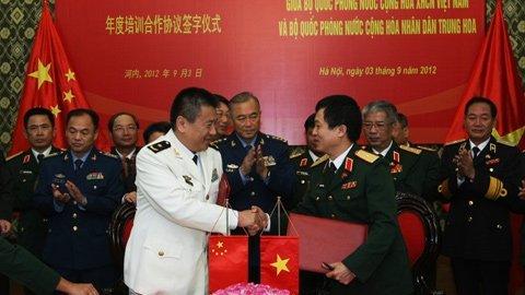 Thượng tướng Nguyễn Chí Vịnh và Thượng tướng Mã Hiểu Thiên chứng kiến lễ ký Thỏa thuận mở rộng hợp tác đào tạo giữa quân đội hai nước. Ảnh: Minh Khánh