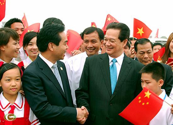Phó Chủ tịch Thường trực Khu tự trị dân tộc Choang Quảng Tây Hoàng Đạo Vĩ chào đón Thủ tướng Nguyễn Tấn Dũng.