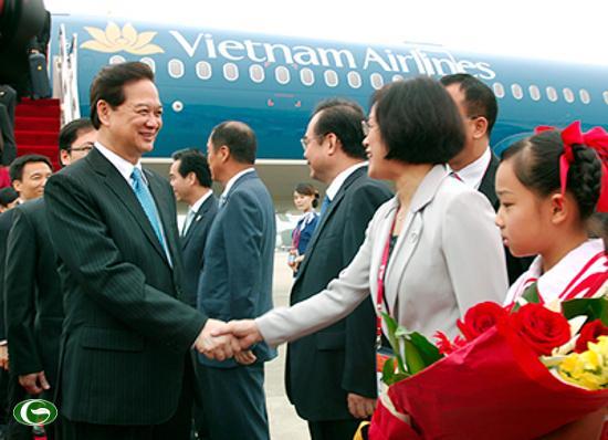 Phó Giám đốc Ngoại vụ Quảng Tây Vũ Diệu Quyên chào đón Thủ tướng Nguyễn Tấn Dũng.