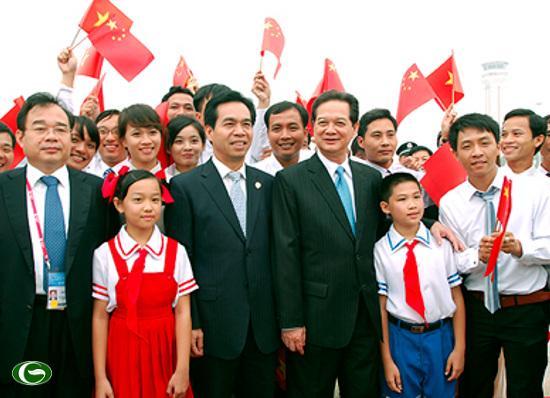 Thủ tướng Nguyễn Tấn Dũng chụp ảnh lưu niệm cùng đại diện Việt kiều và lưu học sinh Việt Nam