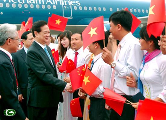 Cán bộ Tổng Lãnh sự quán VN tại Nam Ninh, đại diện Việt kiều và lưu học sinh Việt Nam chào đón Thủ tướng Nguyễn Tấn Dũng.