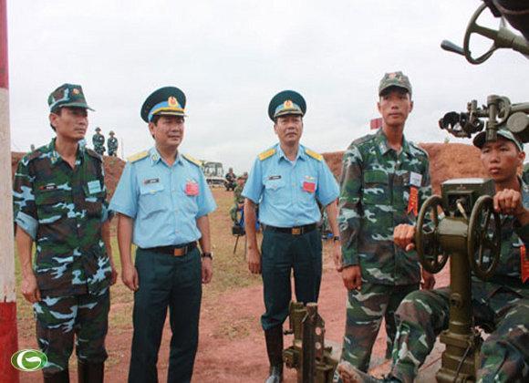 Thiếu tướng Lê Huy Vịnh - Phó tư lệnh Quân chủng, Trưởng ban chỉ đạo Hội thao; Thiếu tướng Nguyễn Văn Bình - Tham mưu phó Quân chủng; các đồng chú thủ trưởng Cục Chính trị, Cục Hậu cần, Cục Kỹ thuật và lãnh đạo, chỉ huy các sư đoàn Phòng không trong Quân chủng.
