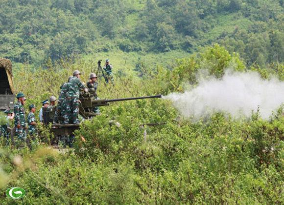 Hiệp đồng khẩu đội làm công tác chuẩn bị chiến đấu. Triển khai bắn xe tăng địch.