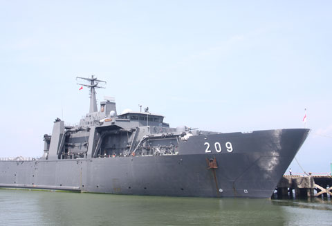 Tàu Persistent tại cảng Tiên Sa, Đà Nẵng.