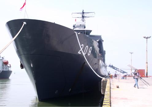 Tàu đổ bộ 209 của Hải quân Singapore cập cảng Tiên Sa sáng nay. Ảnh: Nguyễn Đông