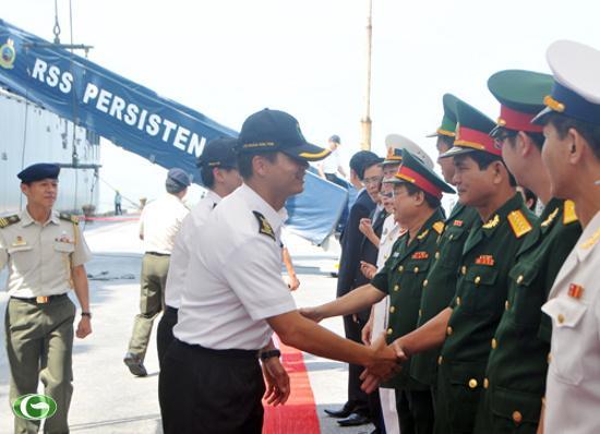 Các sĩ quan của chiến hạm RSS Persistence 209 được chào đón nồng nhiệt tại cảng Tiên Sa