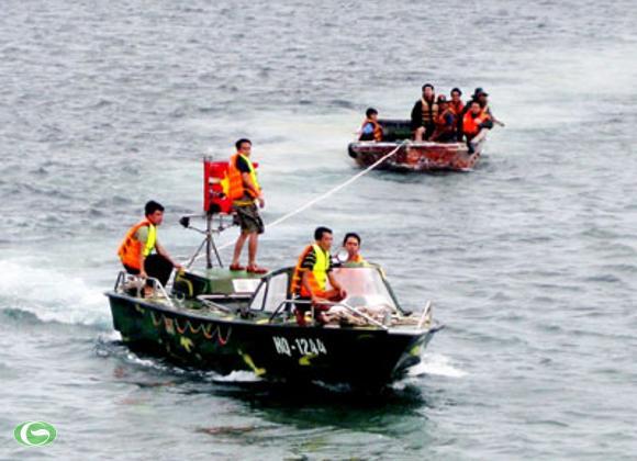 Xuồng CQ kéo xuồng chuyển tải vượt sóng vào đảo An Bang