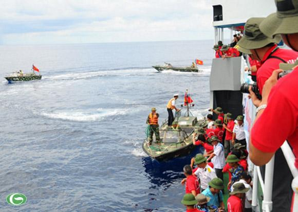 Xuồng CQ chở khách đến thăm đảo Đá Lớn A (quần đảo Trường Sa, Việt Nam) - Ảnh: T.T.D.
