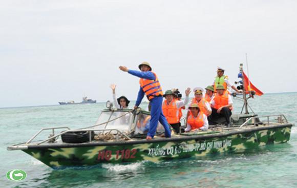 Xuồng CQ (TP.HCM tặng Trường Sa) đưa các thành viên trong đoàn công tác của TP.HCM từ tàu lớn vào các điểm đảo Trường Sa - Ảnh: Minh Đức