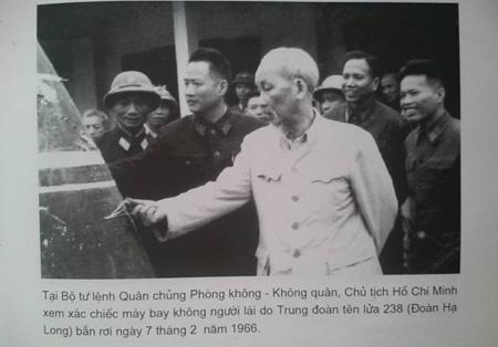 Chủ tịch Hồ Chí Minh xem xác máy bay UAV tại Bộ tư lệnh PK-KQ. (Ảnh Tư liệu)