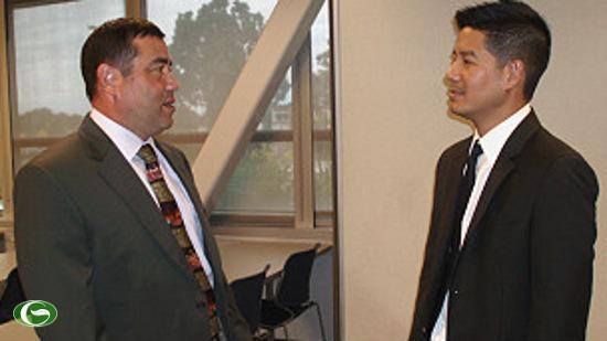 Đại diện nhân sự của CIA, ông Michael Mau (trái), bàn chuyện với Bác sĩ Tâm Nguyễn (Chủ tịch Phòng Thương mại Việt Mỹ Quận Cam)
