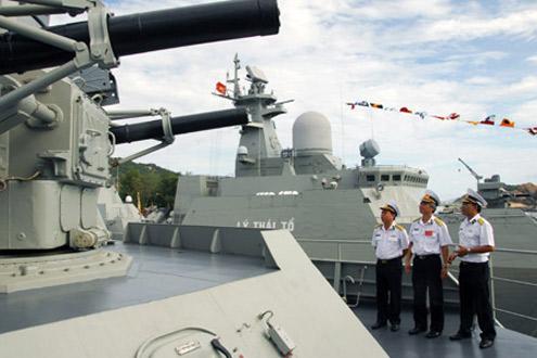 Ban tổ chức, Ban giám khảo kiểm tra tàu dự thi tại tàu Đinh Tiên Hoàng.
