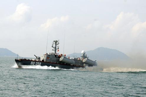 Tàu Vùng 3 thi thực hành trên biển.