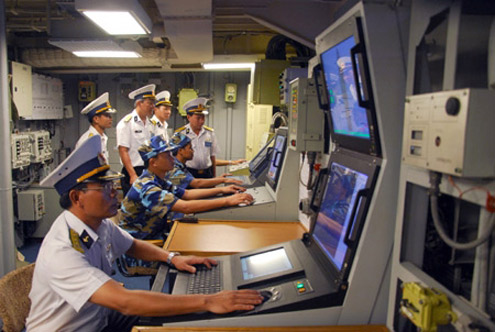 Tiểu ban Khí tài - Điện tử chấm thi tại Trung tâm chỉ huy tàu Đinh Tiên Hoàng.