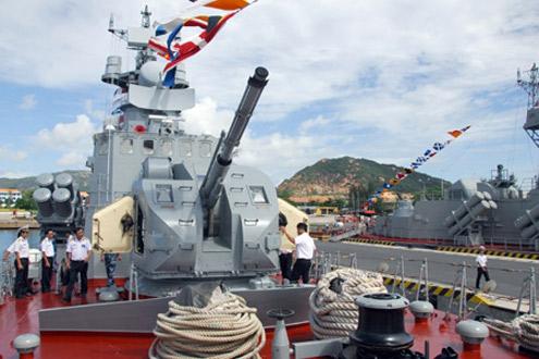 Tiểu ban vũ khí chấm thi tại tàu Lữ đoàn 162.