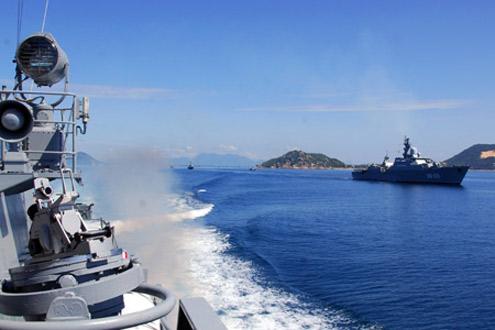 Biên đội tàu Vùng 4 thi thực hành trên biển.