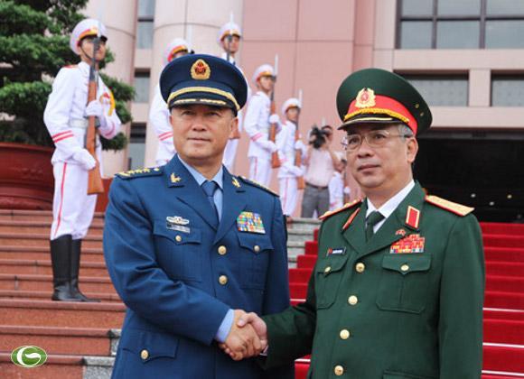 Thượng tướng Nguyễn Chí Vịnh (phải) đón thượng tướng Mã Hiểu Thiên tại trụ sở Bộ Quốc phòng sáng 3/9. Ảnh: Nguyễn Hưng.