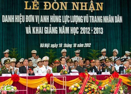 Các đồng chí lãnh đạo Đảng, Nhà nước, các vị khách quốc tế dự Lễ đón nhận danh hiệu Anh hùng Lực lượng Vũ trang nhân dân và khai giảng năm học 2012-2013 của Học viện Cảnh sát nhân dân