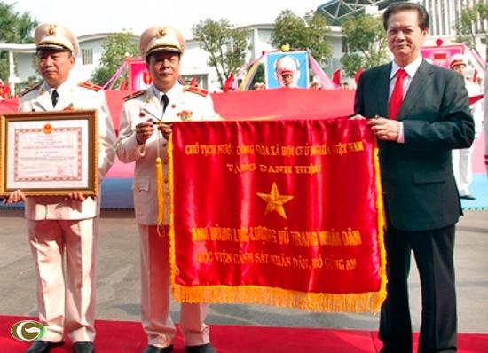Thay mặt lãnh đạo Đảng, Nhà nước, Thủ tướng Nguyễn Tấn Dũng trao tặng danh hiệu Anh hùng Lực lượng Vũ trang nhân dân cho Học viện Cảnh sát nhân dân.