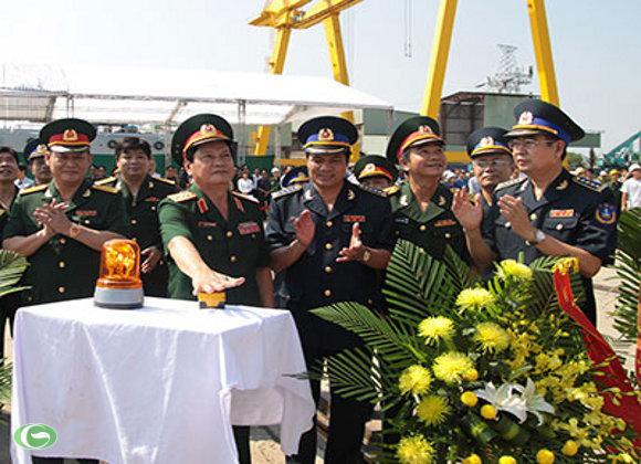 Thượng tướng Nguyễn Thành Cung ấn nút hạ thủy tàu CSB 8001