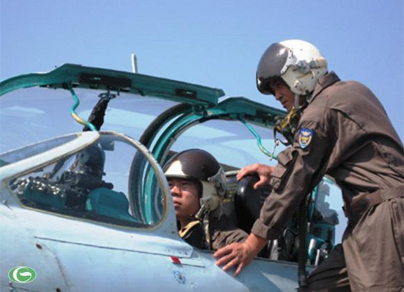 Các phi công Sư đoàn Không quân 372 kiểm tra lần cuối trước giờ xuất kích.