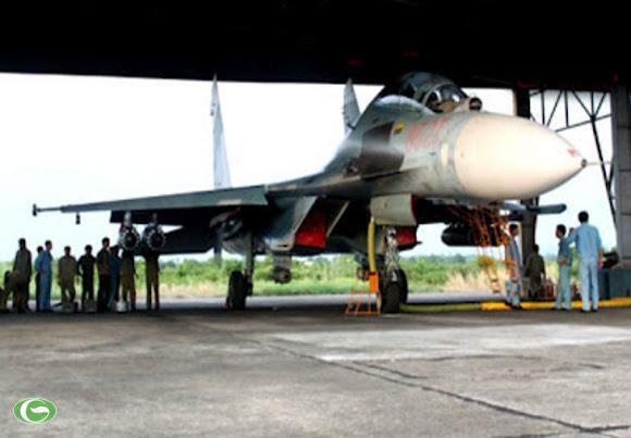 Su-27 biên chế trong trung đoàn tiêm kích 940, thuộc sư đoàn không quân 372 trấn giữ miền trung đất nước. Trong ảnh, các cán bộ, chiến sĩ chuẩn bị kỹ thuật cho tiêm kích Su-27PU cho cuộc bắn đạn thật