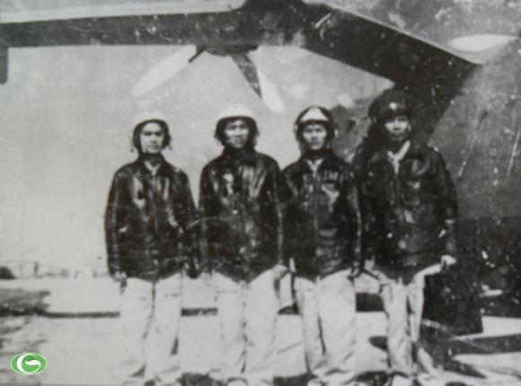 Tổ lái thủy phi cơ săn ngầm Be-12 sau chuyến bay tuần tra bảo vệ quần đảo Trường Sa đầu những năm 1980. Nguồn: Lịch sử Không quân Nhân dân Việt Nam