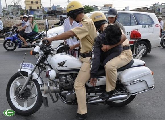 Nghĩa cử cao đẹp của hai Cảnh sát giao thông