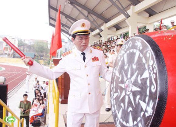 Thượng tướng Trần Đại Quang, Ủy viên Bộ Chính trị, Bộ trưởng Bộ Công an đánh trống khai giảng năm học mới tại Học viện An ninh Nhân dân.