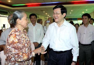 Chủ tịch nước Trương Tấn Sang tiếp xúc cử tri quận 1, TP.HCM. Ảnh: TTXVN