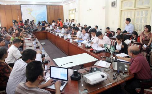Khoảng 30 người dân Văn Giang, luật sư đại diện cho người dân đối thoại với một mình ông Đặng Hùng Võ. Ảnh: Nguyễn Hưng.