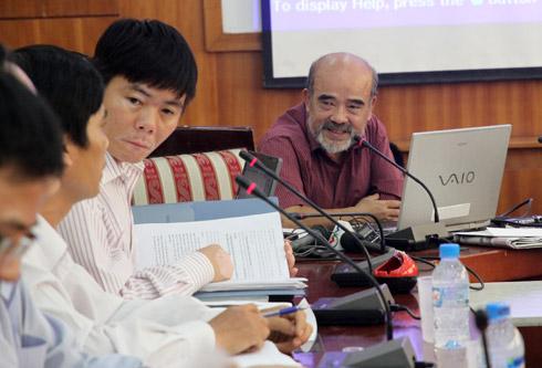 Ông Võ nói lời xin lỗi người dân Văn Giang tại buổi đối thoại. Ảnh: Nguyễn Hưng.