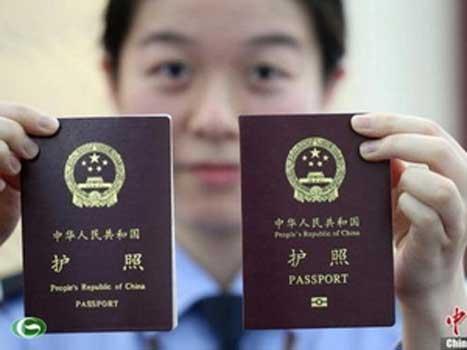 Hộ chiếu điện tử mới của Trung Quốc (phải).