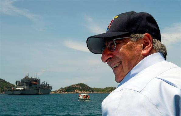 Bộ trưởng Quốc phòng Mỹ Leon Panetta và tàu hậu cần USS Richard E. Byrd thăm cảng Cam Ranh của Việt Nam hồi tháng 7/2012.